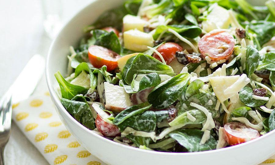 Knapperige salade met witte kool, appel en rozijn
