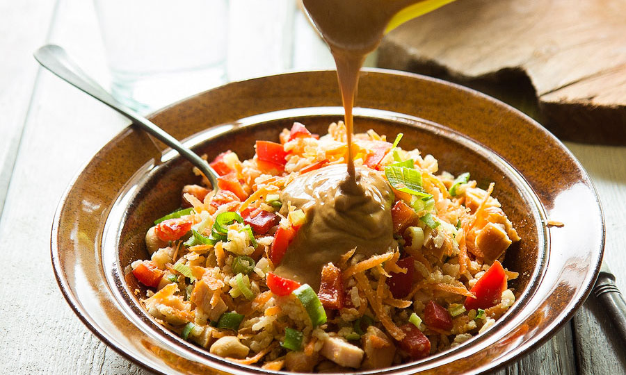 Oosterse rijstsalade met kip en pindasaus