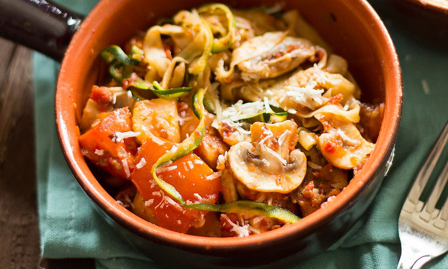 Courgettepasta zongedroogde tomaat