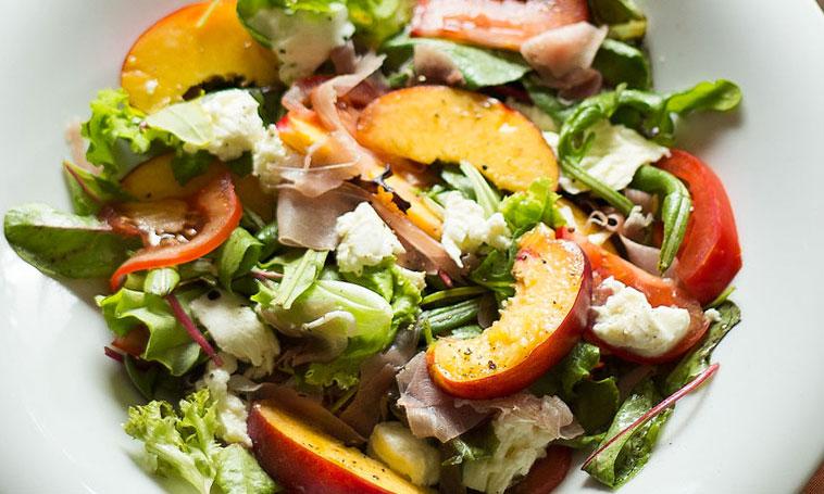 Salade met nectarine, ham en mozzarella
