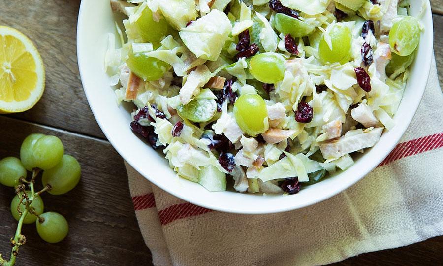 Zomerse salade met druiven, cranberries en groene appel